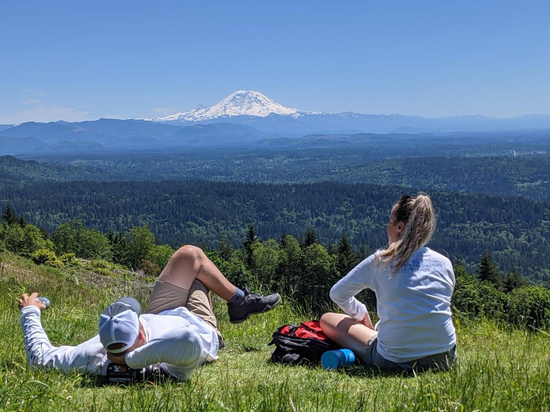 wanita muda, pendaki gunung, Laki-laki, relaksasi, puncak bukit, pemandangan luas, kenikmatan, di luar rumah, rumput, gadis