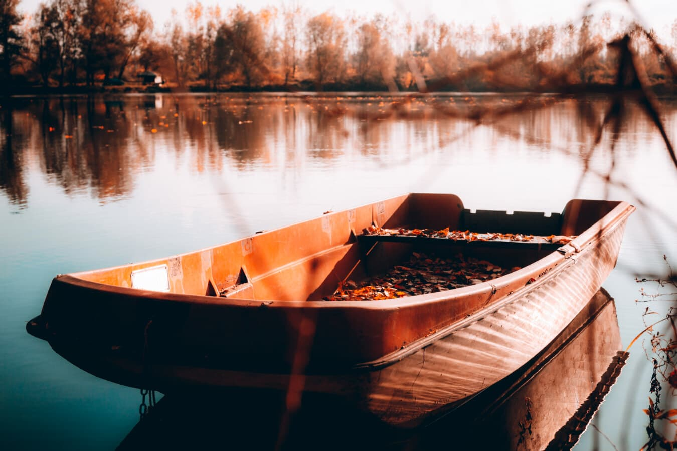 Kunststoff, Angelboot/Fischerboot, Herbstsaison, Ruhe, Atmosphäre, Boot, Wasser, Sonnenuntergang, See, Dämmerung