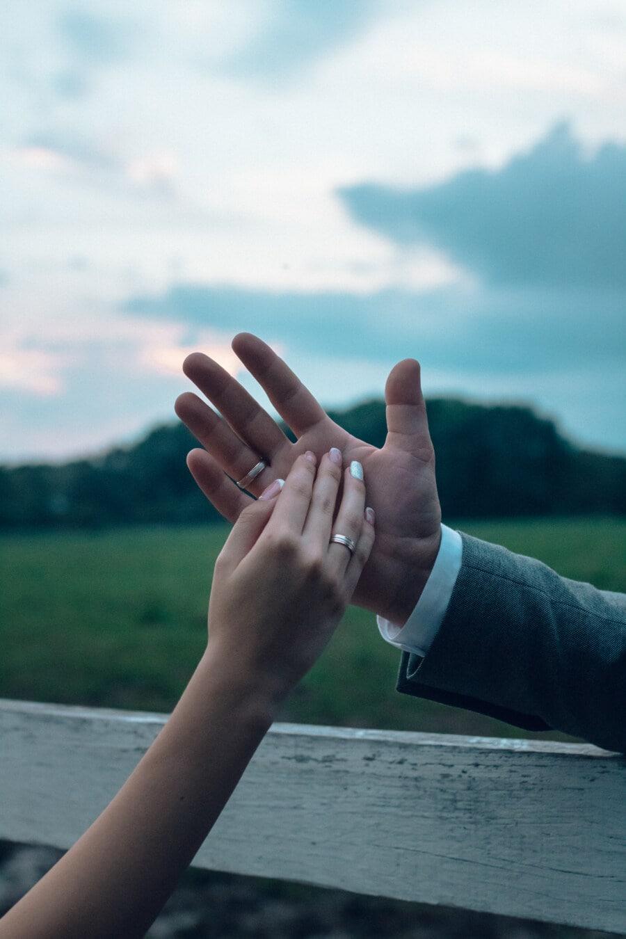 tenersi per mano, tocco, fiducia, da vicino, uomo, mani, donna, matrimonio, tenerezza, anello di nozze