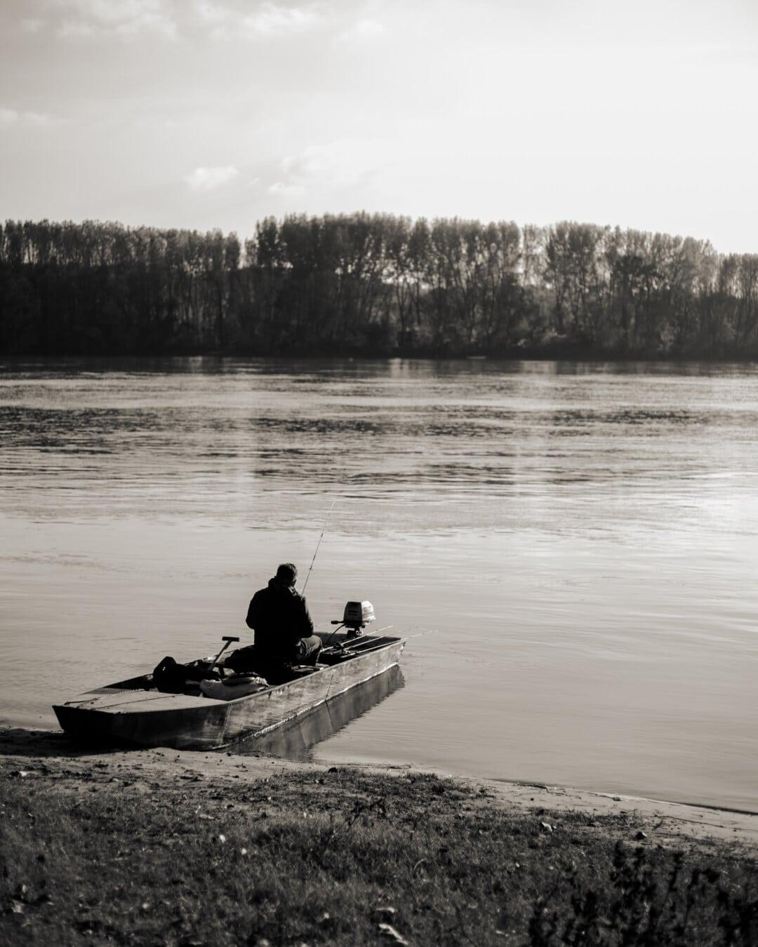 barco de pesca, pescador, blanco y negro, monocromo, caña de pescar, orilla del río, Río, pesca, barco por el río, personas
