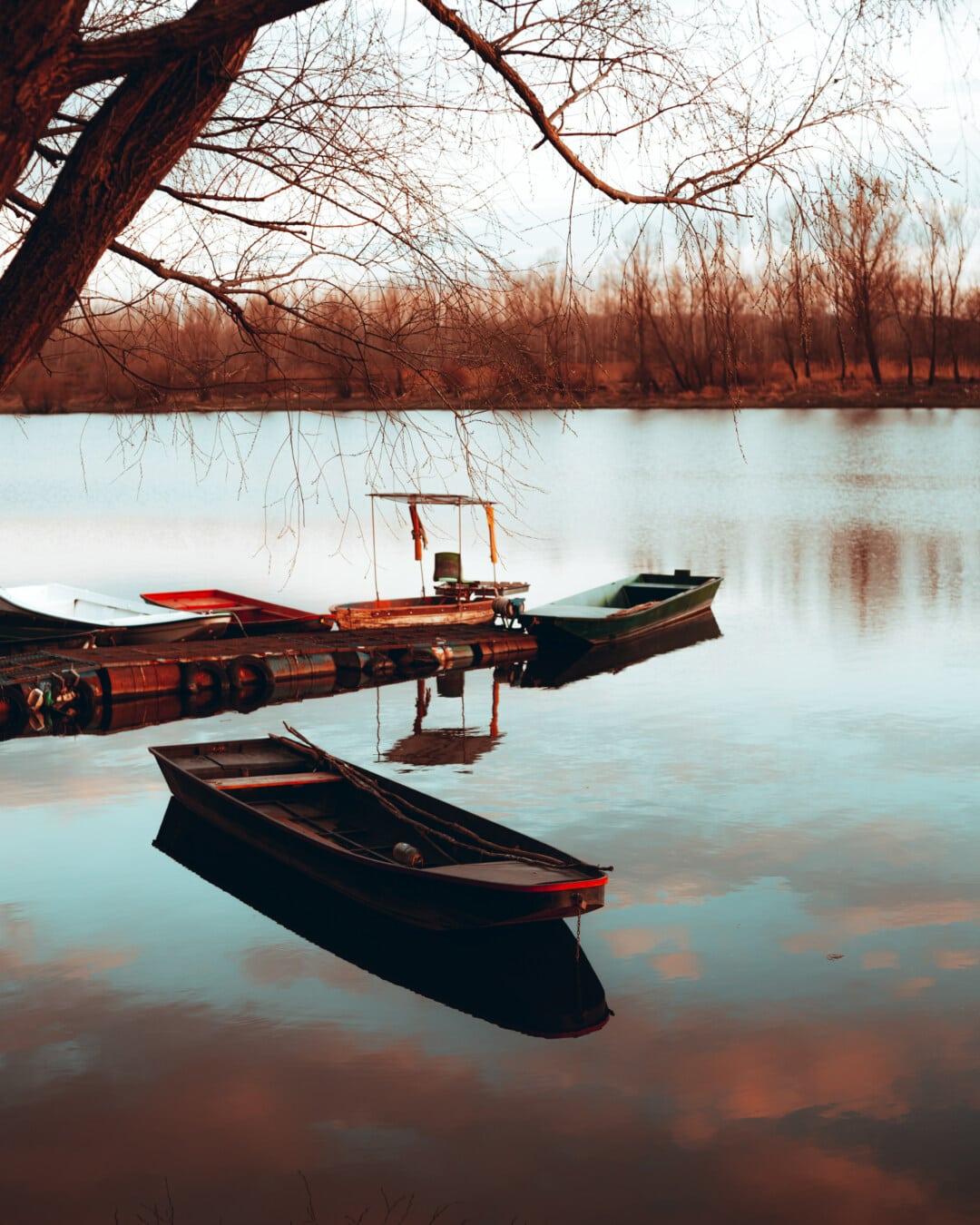 เรือแม่น้ำ, แม่น้ำ, ฝั่งแม่น้ำ, เรือประมง, ฤดูใบไม้ร่วง, ทะเลสาบ, น้ำ, สะท้อน, เรือ, พระอาทิตย์ตก