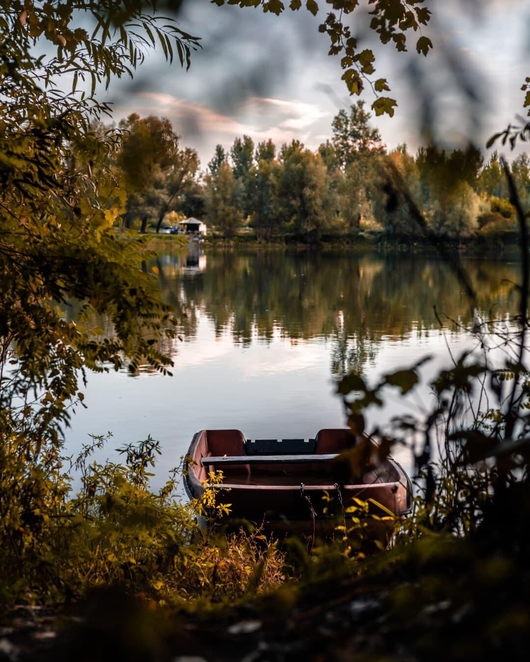 Boot, Flussufer, Flussschiff, am See, Büsche, Sommersaison, Geäst, Landschaft, Reflexion, See