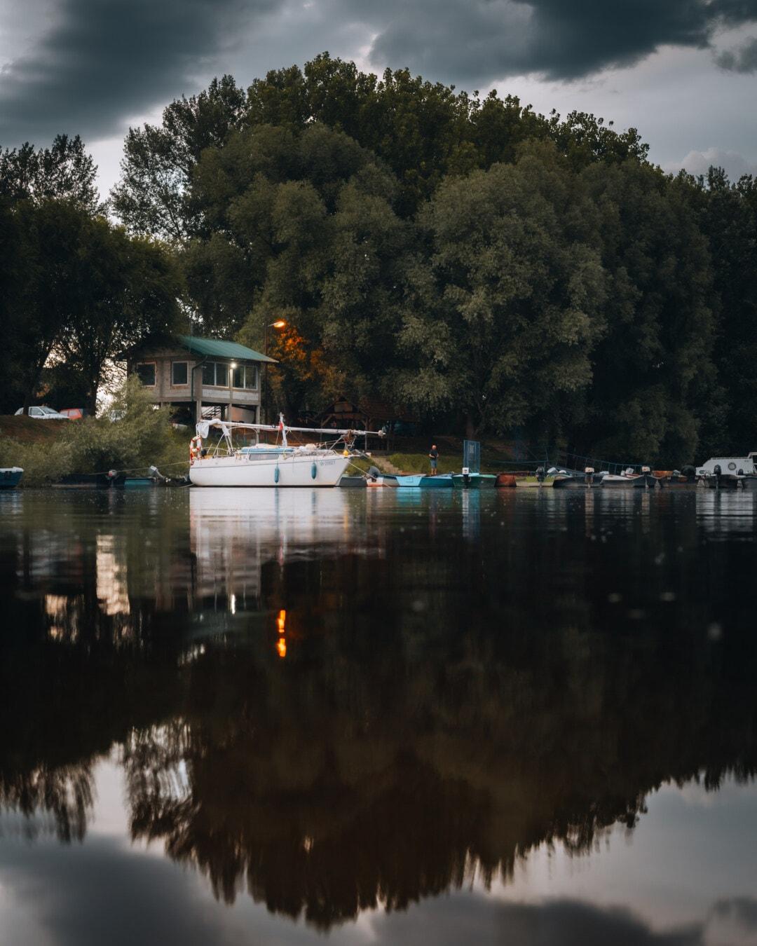 dramatique, nuages, soirée, au bord du lac, zone urbaine, Lac, paysage, réflexion, eau, remise à bateaux