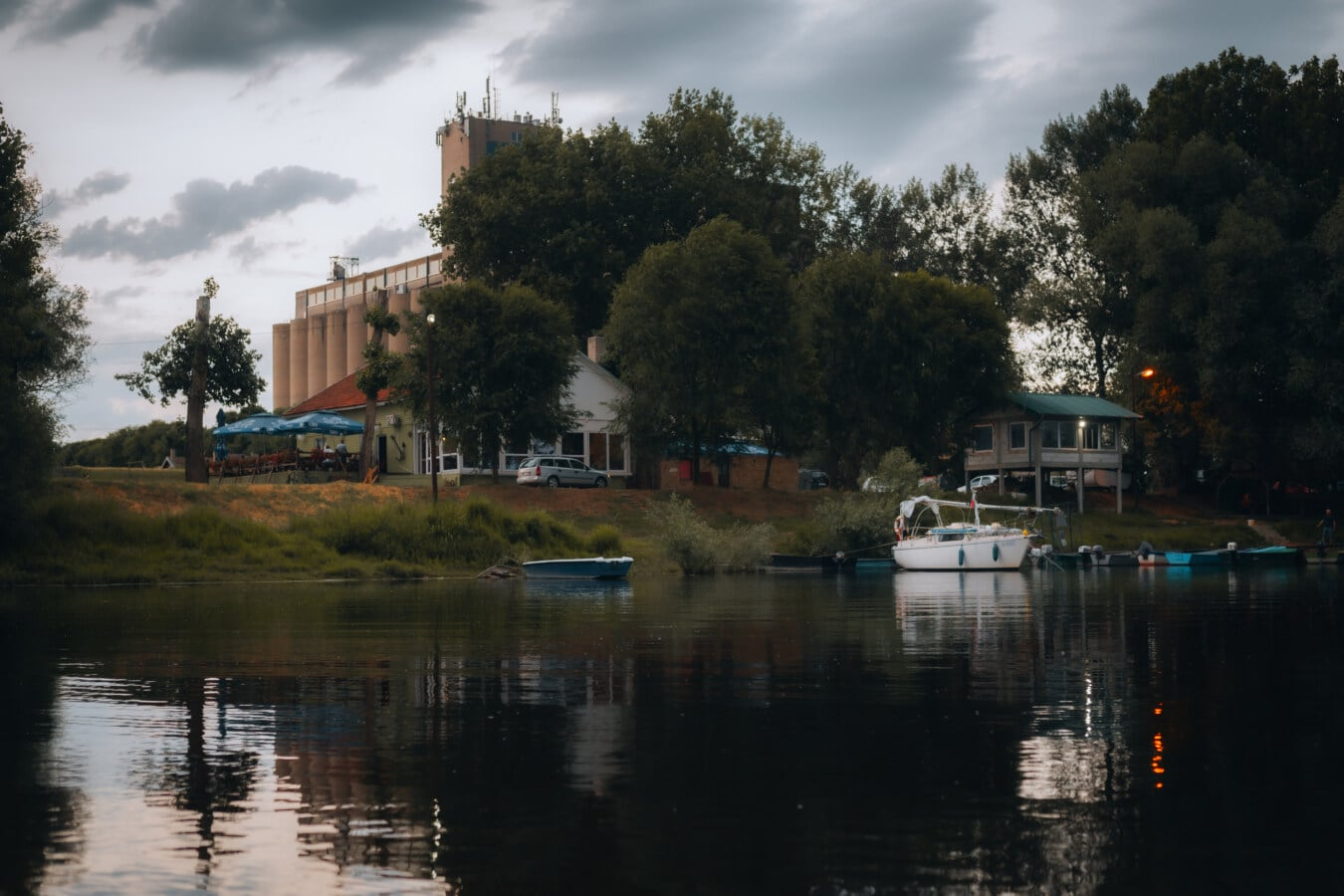 au bord du lac, soirée, zone de villégiature, réflexion, eau, Lac, architecture, rivière, rive, remise à bateaux
