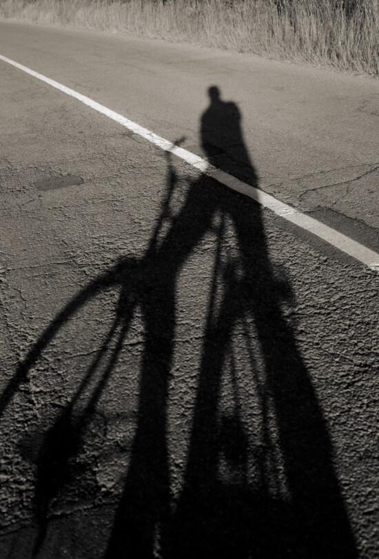 árnyék, kerékpár, aszfalt, közúti, utazás, utazás, útvonal, fekete-fehér, emberek, utca