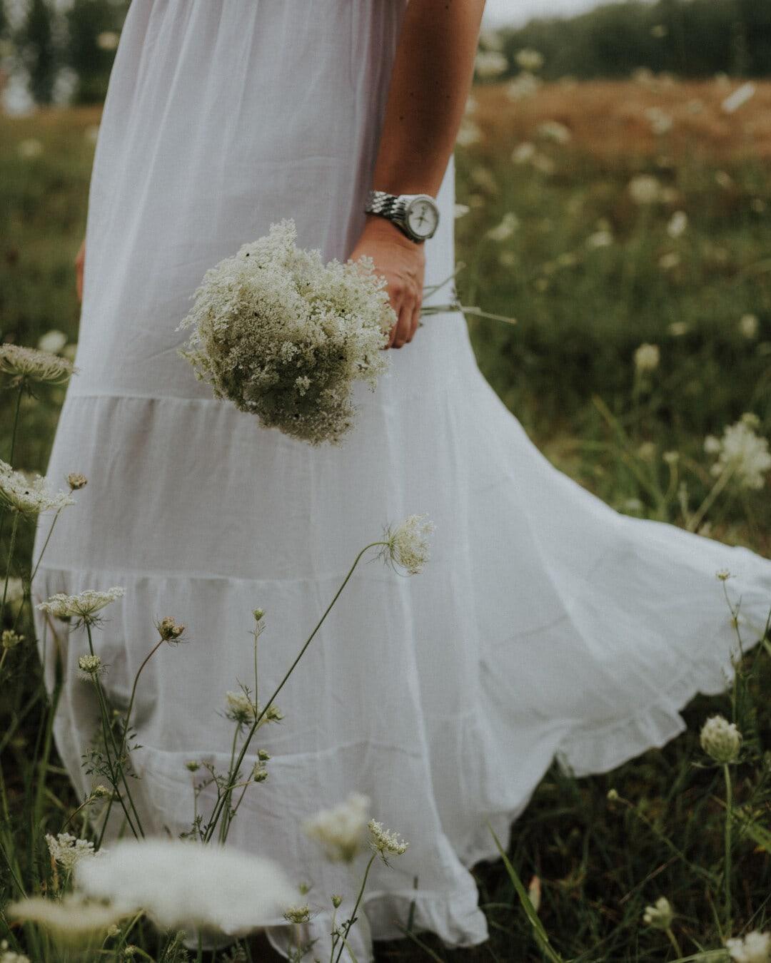 vit, bröllopsklänning, klänning, vild blomma, flicka, fältet, brudgummen, bröllop, bruden, blomma