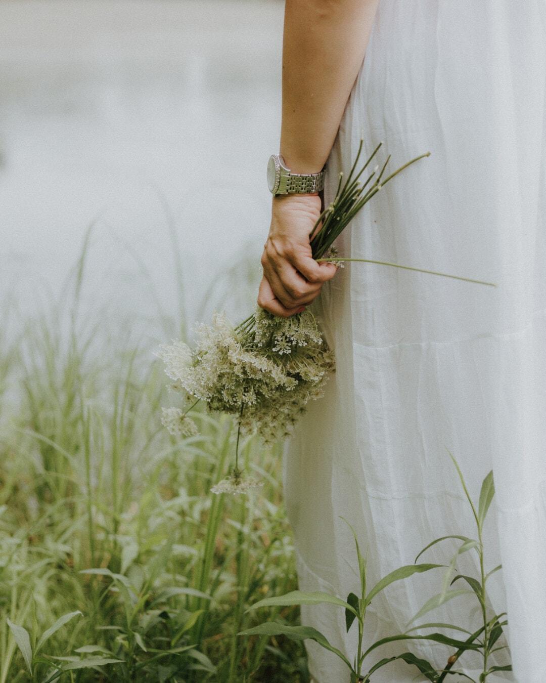 Mädchen, Hand, Hochzeitskleid, Blumenstrauß, Wildblumen, grasbewachsenen, Braut, Hochzeit, Natur, Blume