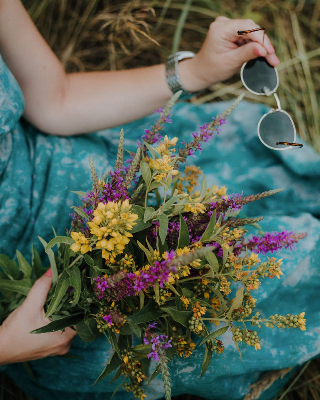 jeune fille, Holding, lunettes de soleil, bouquet, fleur, nature, gens, femme, à l'extérieur, été