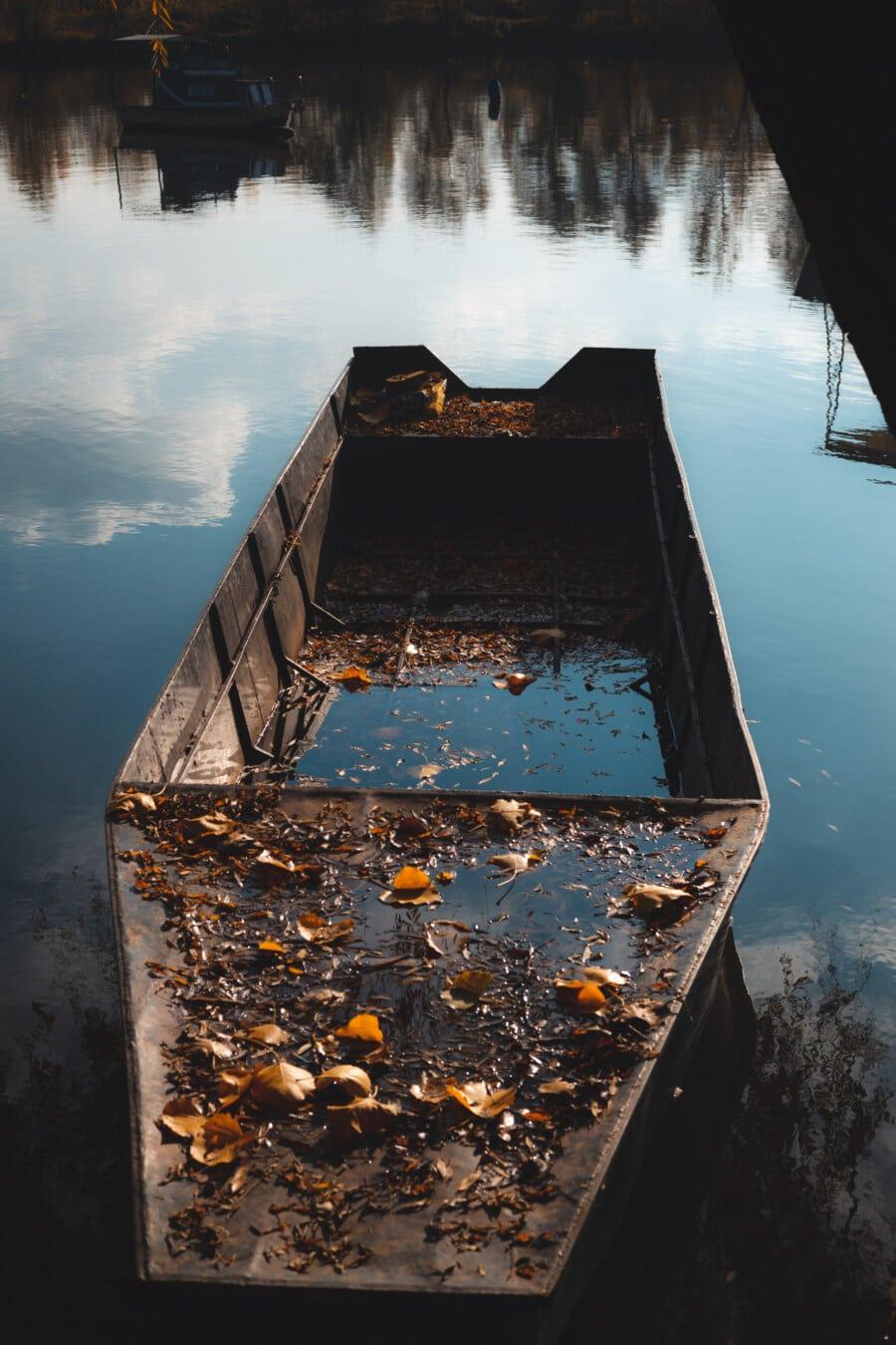 Flussschiff, Boot, Verfall, verlassen, Herbstsaison, Wasser, gelbe Blätter, im freien, Natur, Sonnenuntergang