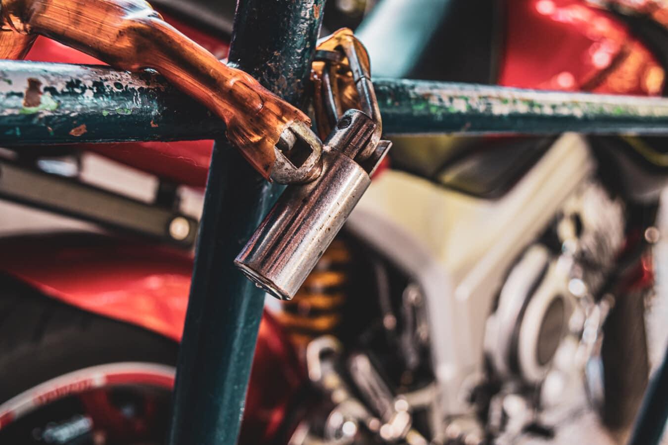 Parkplatz, Motorrad, Sicherheit, Sperre, Kette, Zaun, aus nächster Nähe, Fahrzeug, Rad, Fahrrad