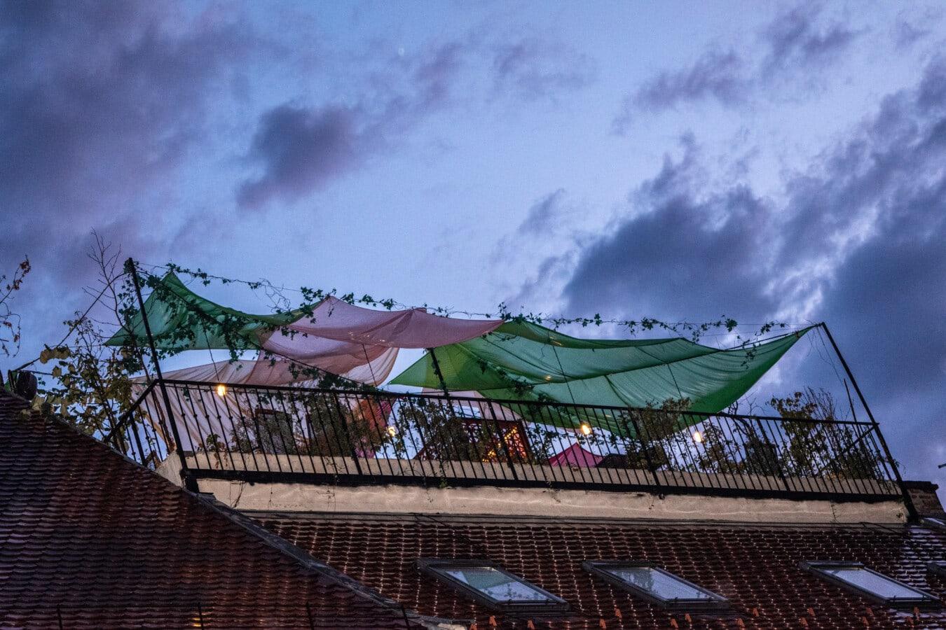 sur le toit, toit, mauvais temps, jardin, nuit, pluie, ténèbres, soirée, architecture, bâtiment