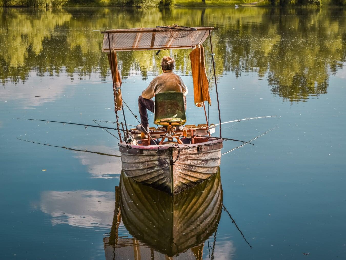 Fanggeräte, Angelrute, Alter Mann, Angeln, Angelboot/Fischerboot, Sonnenschein, Sommersaison, Fischer, Wasser, Reflexion