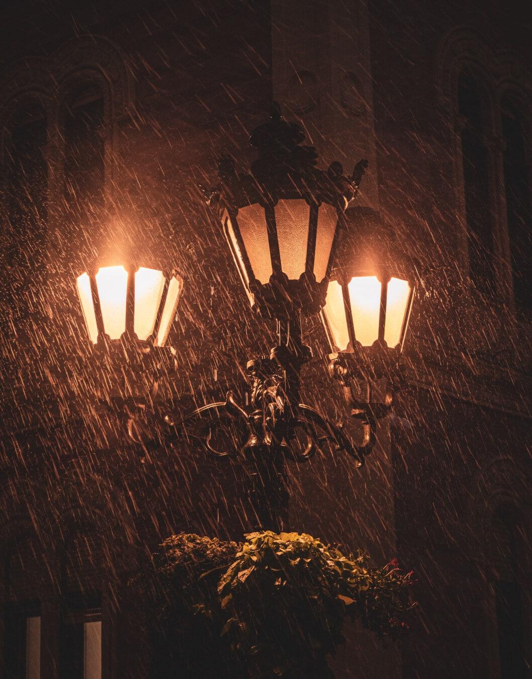 pluie, mauvais temps, nuit, style ancien, vintage, lanterne, fer de fonte, lampe, rue, silhouette