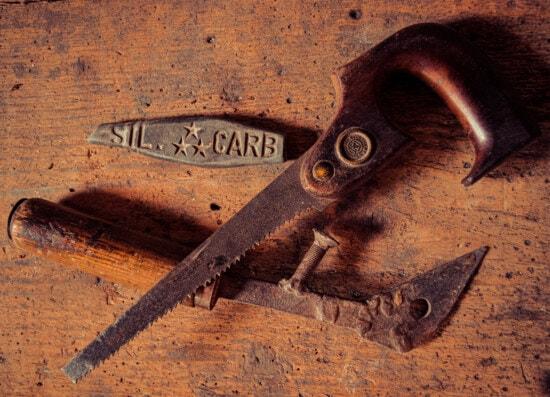 Hand-Werkzeug, Jahrgang, alten Stil, Reparaturwerkstatt, Säge, Sägezahn, Sägemehl, Stein, Klinge, Eisen