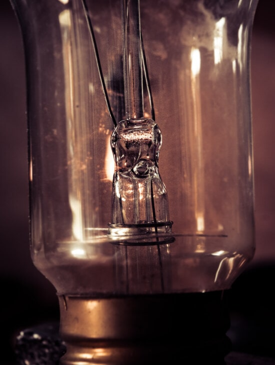 ampoule, à l'intérieur, fermer, fils, verre, réflexion, vieux, vintage, sombre, lumière
