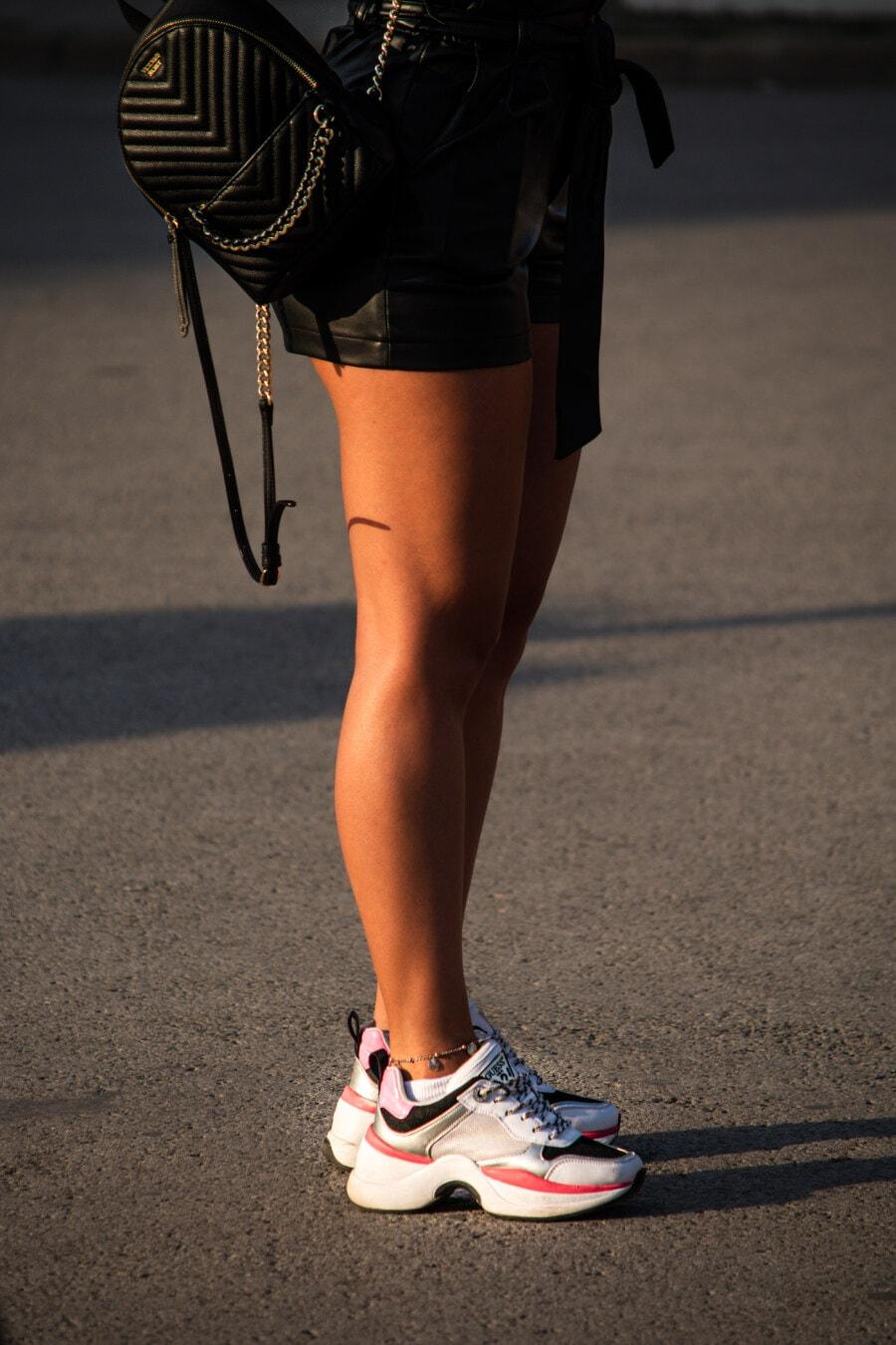 jupe, Outfit, jeune fille, fantaisie, sac à main, en cuir, noir, chaussures de sport, jambes, rue