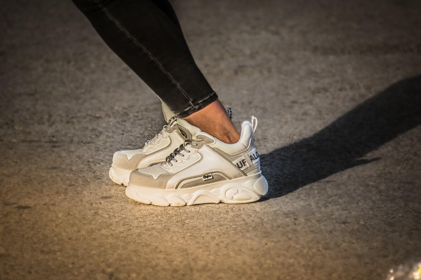 faire du jogging, caoutchouc, remise en forme, blanc, chaussures de sport, pieds nus, noir, Jeans, Jeans/Pantalons, vêtements