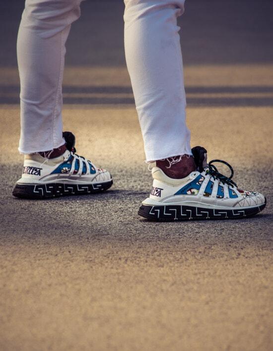 trendy, Lust auf, Turnschuhe, Jeans, Hose, weiß, paar, Leder, Fuß, Schuhe