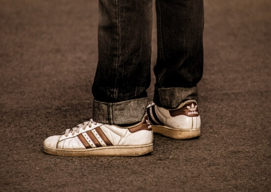 Adidas, weiß, Turnschuhe, Schuhe, Stil, Klassiker, Jahrgang, Hose, Jeans, dunkelblau