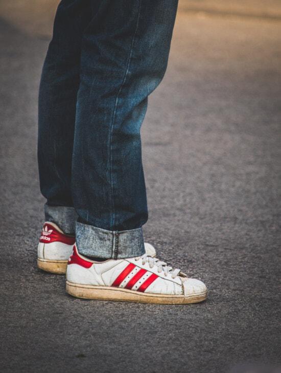 Adidas, alten Stil, Turnschuhe, Klassiker, Schuhe, Leder, weiß, Denim, Hose, Jeans