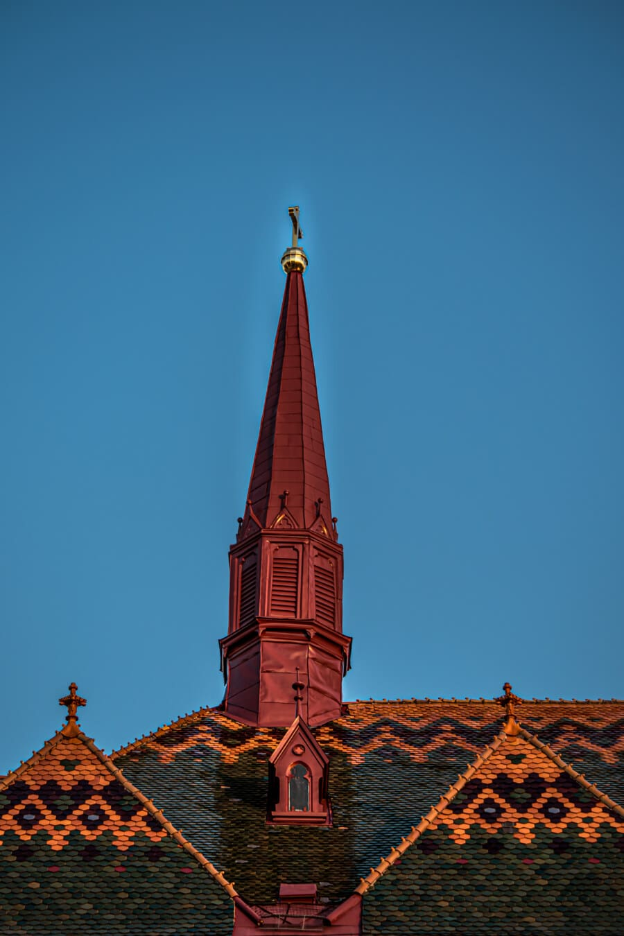 Stil, gotisch, Kirchturm, dunkelrot, Kreuz, goldener Glanz, Kirche, Architektur, Religion, Gebäude