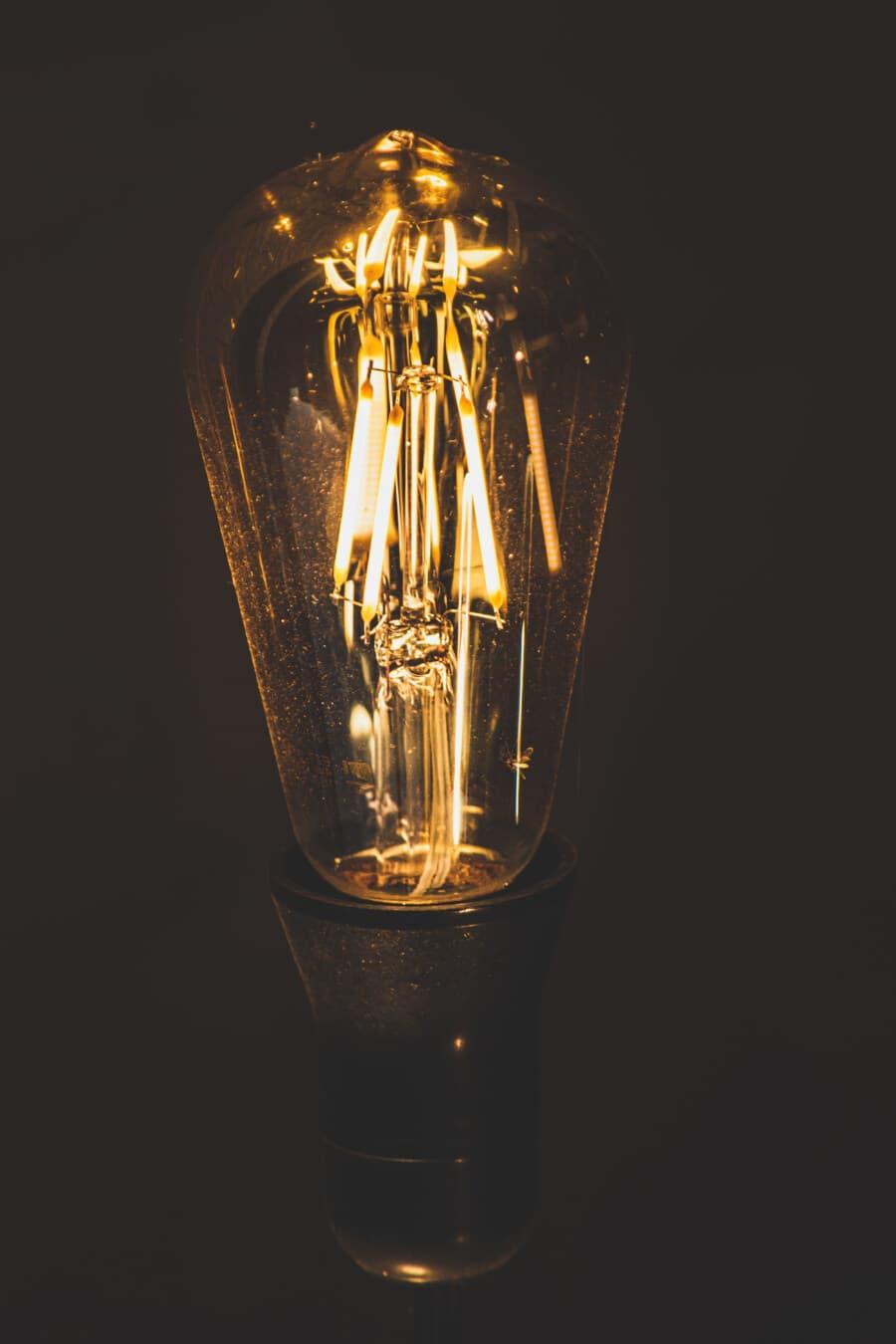 aus nächster Nähe, Fokus, Glühbirne, Filament, Drähte, Beleuchtung, Strom, Wissenschaft, Energie, die Idee der