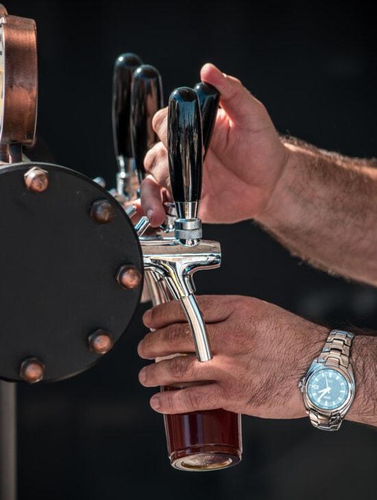 bere, ambarcaţiuni, barman, restaurantul, bere sticla, dispozitiv, oameni, om, mână, în interior