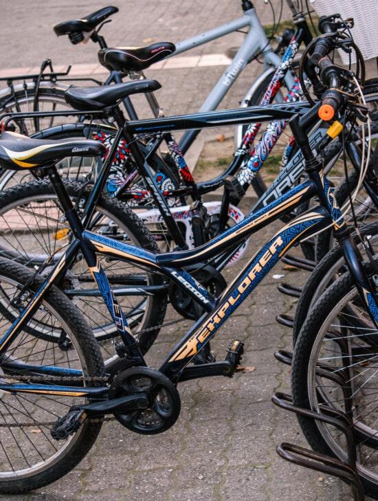 паркування, гірський велосипед, стоянка для машин, велосипед, міському районі, їзда на велосипеді, колесо, вулиця, транспортний засіб, дорога