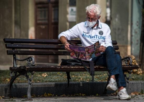 соціальна дистанція, COVID-19, маска для обличчя, газета, відкритий, людина, сидіння, вулиця, меблі, лавки