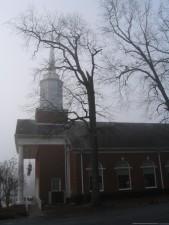 église, brouillard, arbre