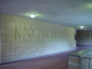nápisy, Poznaj sám seba,