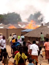 Feuer, auf dem Dorf, Uganda