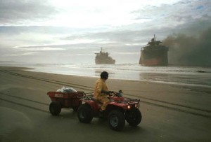 l'homme, la conduite, petit, moteur, quatre, roues, plage, regarder, bateau