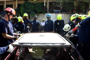membro, haitiano, voluntários, bombeiros, associação, Serra, corte, metal