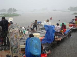 les gens, capturés, torrentielles, averse, lavage, vêtements, Trinidad