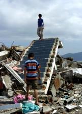 tsunami, les mathématiques, l'Indonésie, la destruction, le logement, les garçons, détruits, escaliers, maison