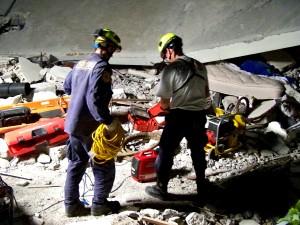 deux, hommes, recherche, de sauvetage, l'exploitation, l'équipe, le travail sur le terrain