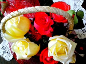 galben, roşu, trandafiri, aranjate, coş, flori