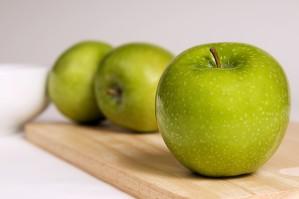 jasny zielony, jabłka Granny Smith, deska do krojenia set, drewniane