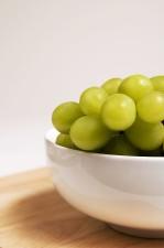 cerámica, tazón, llenado, manojo, verde, colores, blanco, mesa, uvas