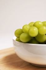 céramique, bol, rempli, tas, vert, couleur, blanc, table, raisins