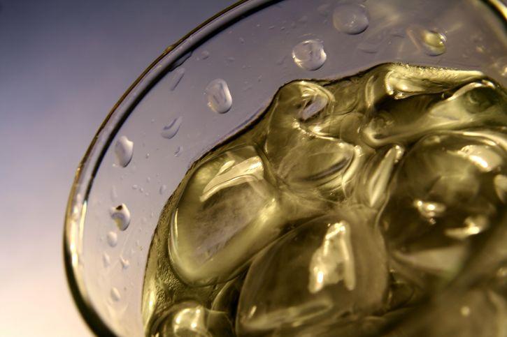 de près, boire, verre, rempli, ressort, boire, eau, glace, cubes