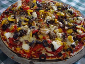 Pizza, feta, oliven, peberfrugt