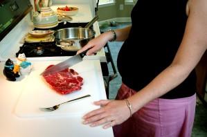 бременна, жената, кухня, нож, нарязани, месо, готвене