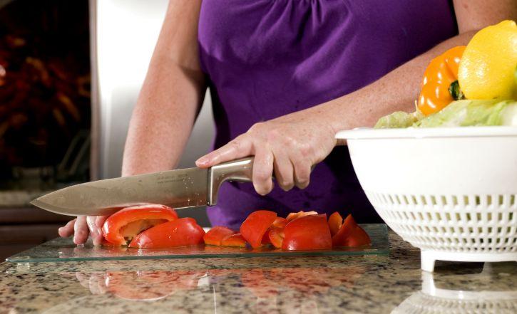 femme, cuisine, cadre, photographiés, processus, la préparation, lavé, rouges, poivrons