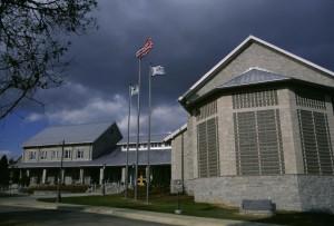 principal, entrée, bâtiment, drapeaux, voler