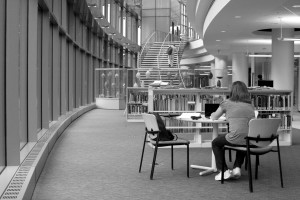 femme, assis, moderne, bâtiment