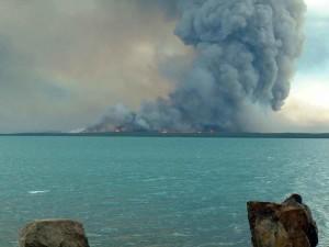 ostrov, oheň, dym