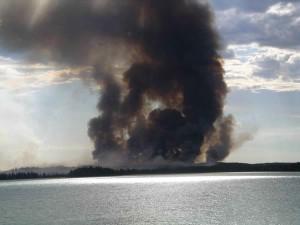 sledovanie, veľký, čierny, dym, oheň, stúpa, obrovským lesom, oheň