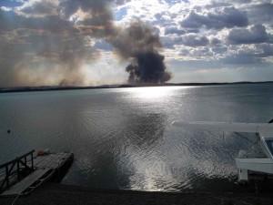 regarder, forêt, le feu, la fumée, le lac, quai